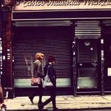 Två blonda trendiga flickor och röd-huvud Arkivfoton