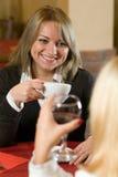 Två blonds på en cafetabell på lunchtid Royaltyfri Bild
