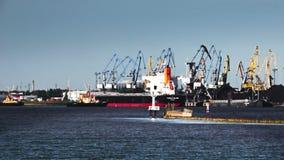 Två bogserbåtar från porten drar ett stort skepp arkivfilmer