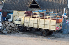 Två boskapsvagnar parkerar along fotografering för bildbyråer