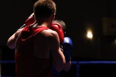 Två boxare i cirkel under en boxningkonkurrens Royaltyfri Foto