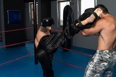 Två boxare som vänder mot sig i en match royaltyfri foto