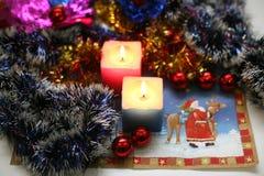 Två brännande stearinljus med garnering för nytt år Arkivbilder