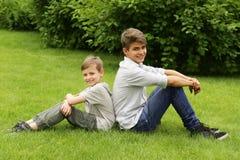 Två bröder har gyckel i parkera - sommartid Arkivbild