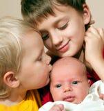 Två bröder och behandla som ett barn systern Royaltyfria Foton