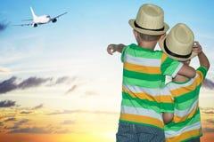 Två bröder på flygplatsen som håller ögonen på nivån ta av arkivbild