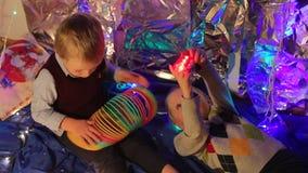 Två bröder som spelar med en ficklampa och ett åtsmitande stock video