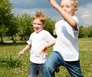 Två bröder utomhus Fotografering för Bildbyråer