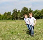 Två bröder utomhus Arkivfoton
