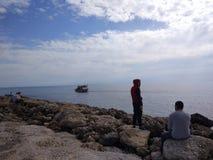 Två bra vänner ser sjön royaltyfri foto