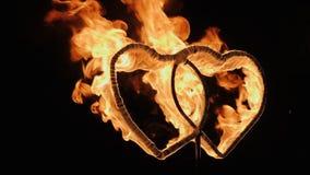Två brinnande hjärtor på bröllopfireshow arkivfilmer