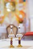 Två brinnande olje- lampor på altaret royaltyfria foton