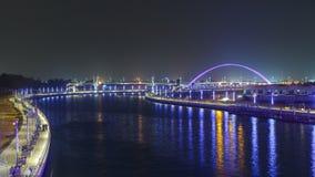 Två broar över den nyligen öppnade Dubai kanalen med en fartygkorsning under dem timelapse arkivfilmer