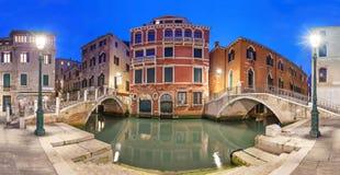 Två broar och röd herrgård i aftonen, Venedig Royaltyfri Fotografi