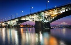 Två broar som är upplysta i Warszawa Royaltyfri Foto
