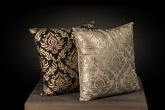 Två broderade siden- trådar för kuddekuddar handen skrivar ut i guld Royaltyfria Foton