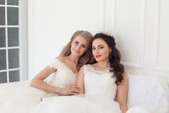 Två brudar på flickvän för brunett för bröllopbröllop blond royaltyfria foton