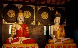 Två buddhas på Wat Chedi Luang Complex Arkivfoto
