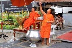 Två buddistiska munkar arbetar nära till templet fotografering för bildbyråer