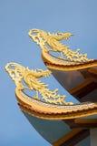 Två buddistiska tuppar på ett tak av den buddistiska templet Phan Thiet Royaltyfri Foto