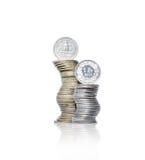 Två buktade högar av mynt för gul och vit metall med dollaren och Royaltyfri Foto