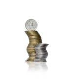 Två buktade högar av mynt för gul och vit metall med fjärdedelen gör arkivbild