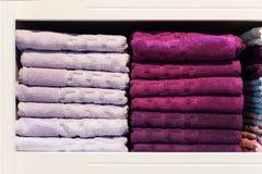 Två buntar av handdukar på en hylla i lagret arkivbild
