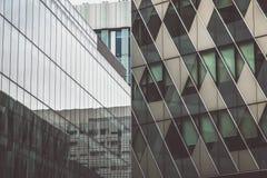 Två byggnader i Manchester Arkivbild