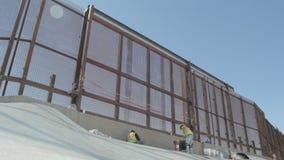 Två byggnadsarbetare nära gränsen lager videofilmer