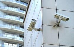 Två CCTV-kameror på kotten Arkivfoton