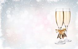 Två champagneexponeringsglas över julbakgrund Royaltyfri Foto