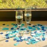 Två champagneexponeringsglas med champagne royaltyfri foto