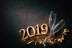 Två champagneexponeringsglas med en hästsko och en treklöver som lycklig cha arkivfoto