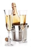 Två champagneexponeringsglas med flaskan. Arkivbilder