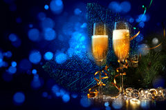 Exponeringsglas av champagne på partit för nytt år Royaltyfri Foto