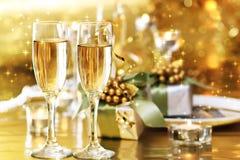 Två champagneexponeringsglas på matställetabellen Royaltyfri Fotografi