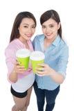 Två charmiga kvinnavänner som tycker om kaffe Fotografering för Bildbyråer
