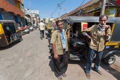 Två chaufförer av väntande på kunder för traditionell indisk taxiautorickshaw Royaltyfri Foto