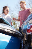 Två chaufförer som kontrollerar skada efter trafikolycka royaltyfria bilder