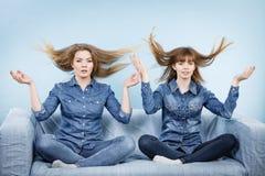 Två chockade kvinnor med windblown hår royaltyfria foton