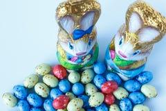 Två chokladeaster kaniner och chokladeaster ägg royaltyfri fotografi