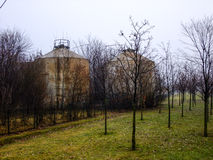 Två cisterner i fältet av Litauen Fotografering för Bildbyråer