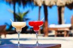 Två coctailar på den lyxiga tropiska stranden Arkivfoto