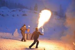 två cosplay gnomer för grabbar, brandshowen, republiken av Karelia, det Ruskealla berget parkerar, 07/01/2019 arkivbilder