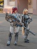 Två cosplayers som kläs som teckenen från Starcraft arkivfoto