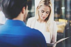 Två coworkers som diskuterar affärsstrategi i modernt kontor Lyckad säker latinamerikansk affärsman som talar med Royaltyfri Foto