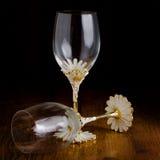 Två crystal exponeringsglas i mörkt rum Royaltyfri Fotografi