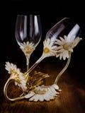 Två crystal exponeringsglas med ställningen för flaska i mörkt rum Royaltyfri Foto