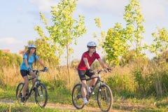 Två cykla idrottsman nen i yrkesmässigt kugghjul som utbildar Oitdoor Toget Arkivfoton