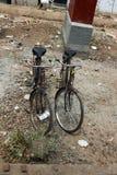 Två cyklar för indiervägstad Arkivfoto